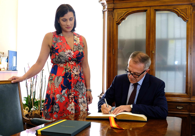 FIRMA MINISTRO CULTURA EN LIBRO HONOR AYUNTAMIENTO