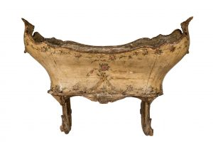 516 Cuna veneciana realizada en madera tallada con restos de policromía en forma de guirnaldas. Italia, Venecia, S. XVIII.00