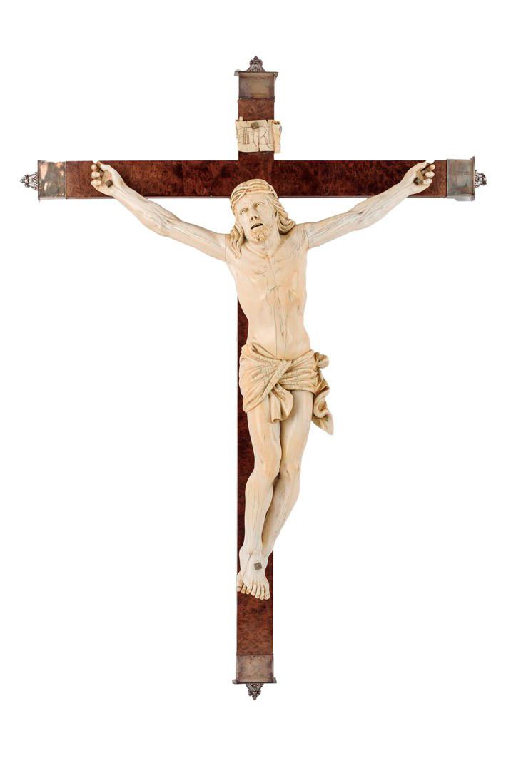 548-Crucifijo-de-madera-de-raíz,-con-gran-figura-de-Cristo-tallado-en-marfil.-s.-XIX.-02