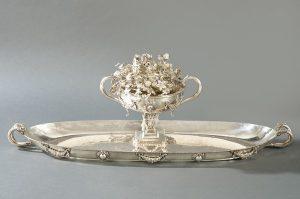 645 Gran centro de plata española S. XX. Copa de dos asas decorada con guirnaldas