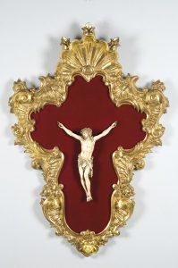 820 Escuela Española S. XIX Cristo Crucificado Tallado en marfil. Cristo aún vivo con tres clavos. Montado en marco de estilo barroco en madera dorada.00