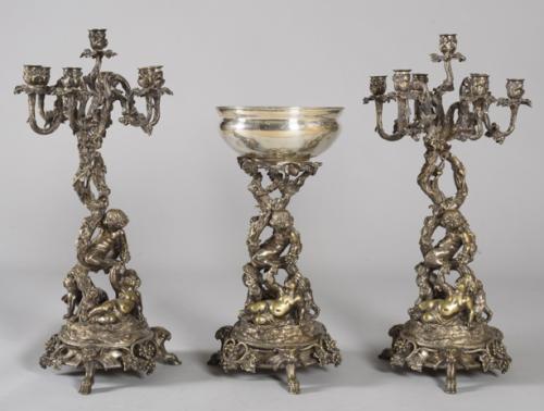 1050 Pareja de candelabros y centro de mesa, Napoleon III, Paris. Metal plateado.02