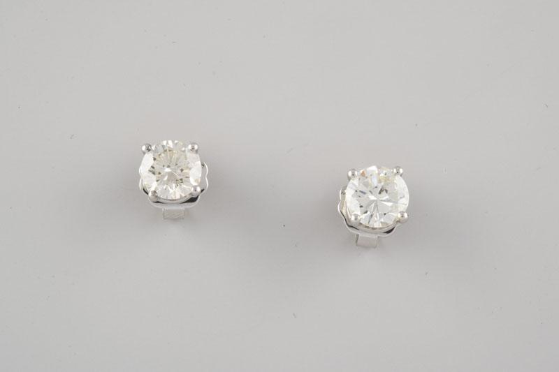 241 Pendientes tipo dormilona de oro blanco con dos brillantes engastados en garra de cuatro puntas, peso aproximado.00