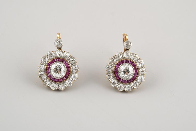 63 Pendientes articulados de oro, en los que destacan dos diamantes talla antigua peso total aproximado 1,50 ct.00