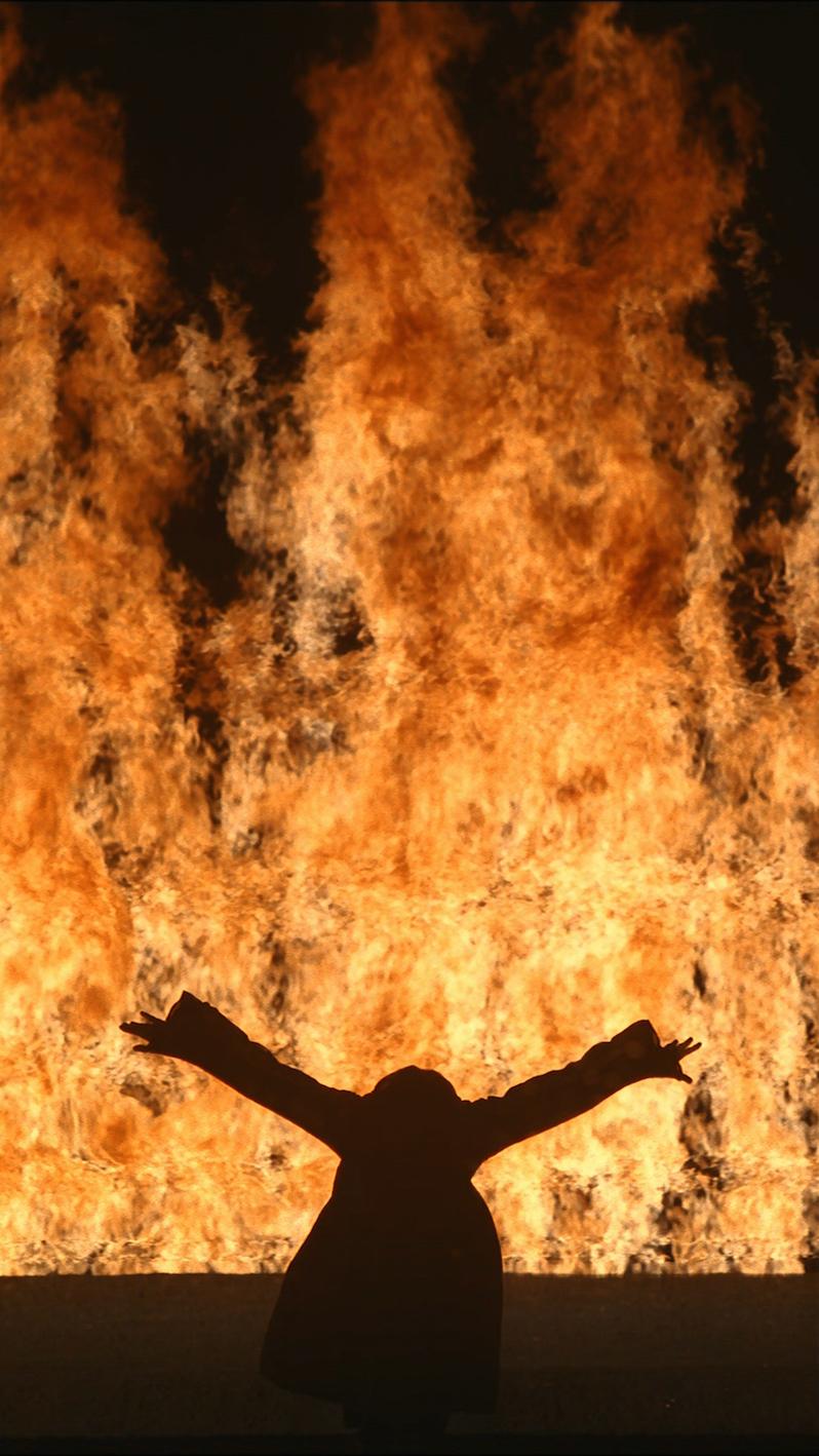 mujer fuego viola