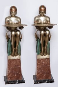 670 Pareja de esculturas Art Deco de figuras femeninas oferentes con bandejas sobre base de marmol.02