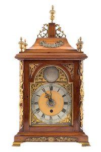 697 Reloj de sobremesa Bracket inglés, S. XVIII. Realizado en madera de caoba y aplicaciones en bronce dorado. Esfera con numeración romana. Inscripción con el nombre del relojero Jas Smith London. 00