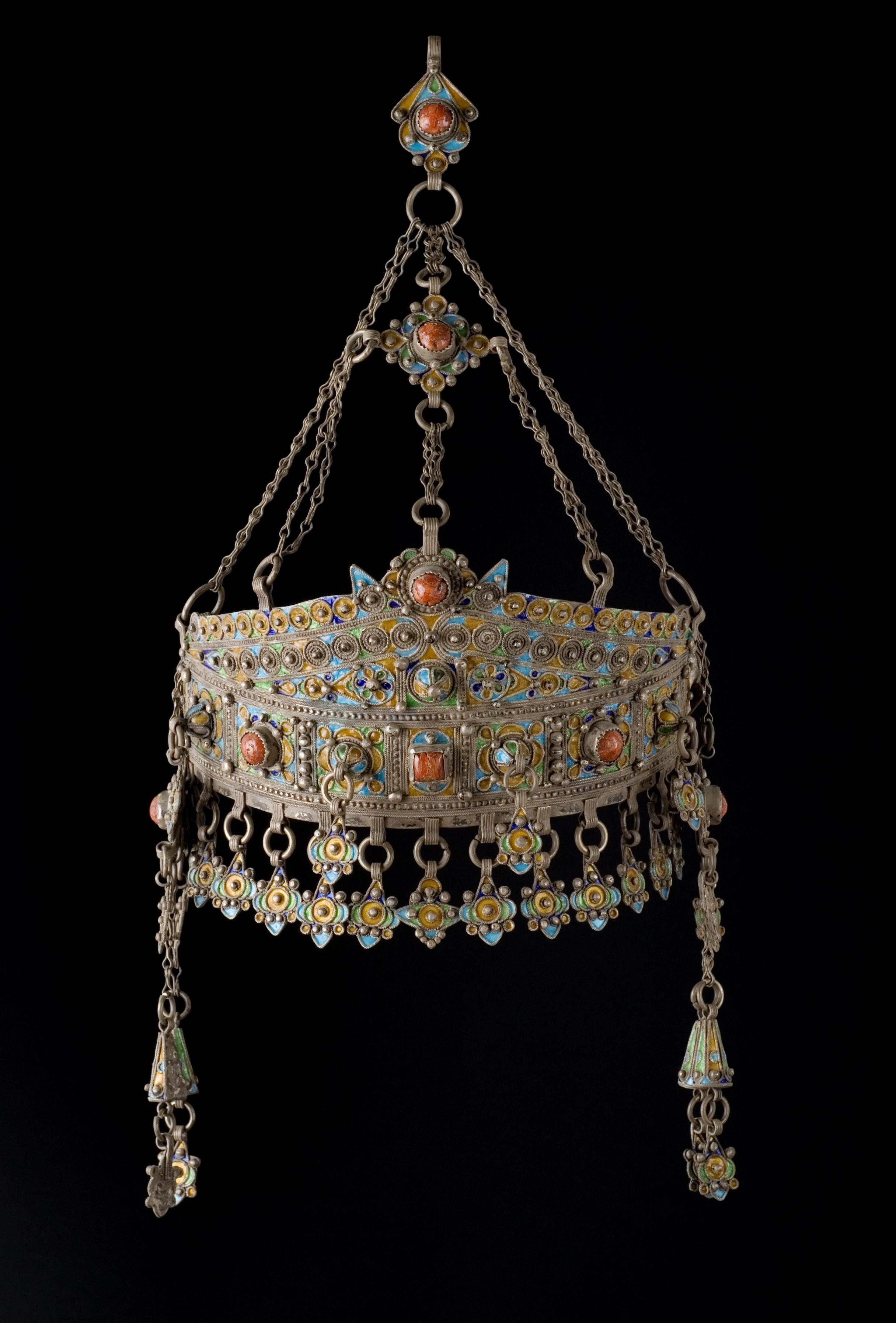 El embajador Jorge Dezcallar vende su colección de joyas bereberes en Alcalá