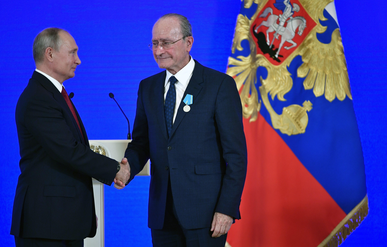 Putin condecora al alcalde de Málaga por su impulso a los lazos culturales