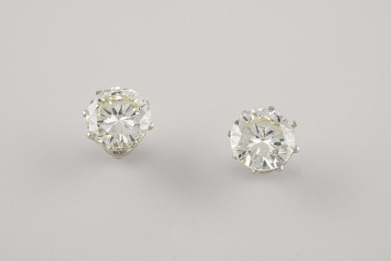 150 Pendientes de platino, tipo dormilonas, sobre galería calada se ajustan dos brillantes con peso total aproximado de 15.16 ct, valores estimados de color J-K y pureza SI.00