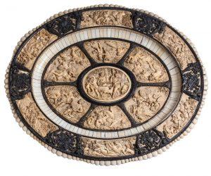 253 Bandeja presentador de marfil tallado y monturas de bronce plateado con escenas de gusto clásico, trabajo centroeuropeo del S.XIX.00