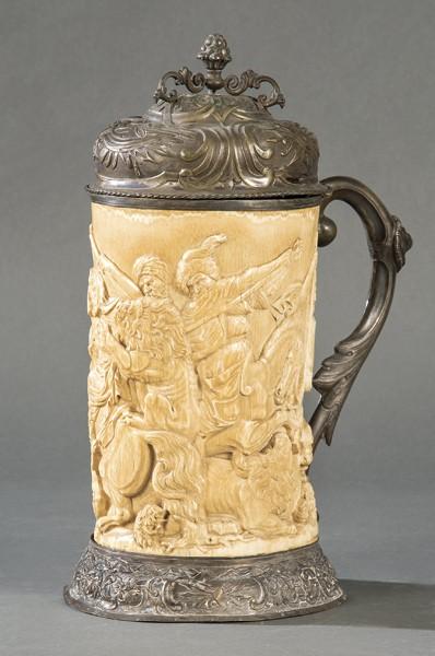 596-tankard-de-marfil-tallado-y-metal-alemania-s.-xix.-con-decoracin-de-hombres-a-caballo-luchando-con-leones-en-relieve.00
