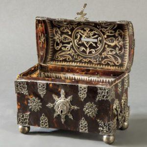 756 Arqueta de carey y plata, Virreinato de Nueva España, Mejico h. 1700. Con decoraciónes de plata calada y cuatro patas de bola grabadas.00