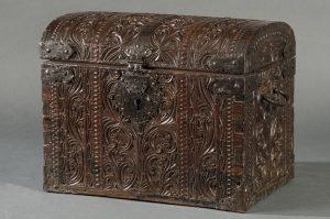 764 Baul mundo filipino en madera de cedro Kalantas y hierro forjado, S. XVII. 00