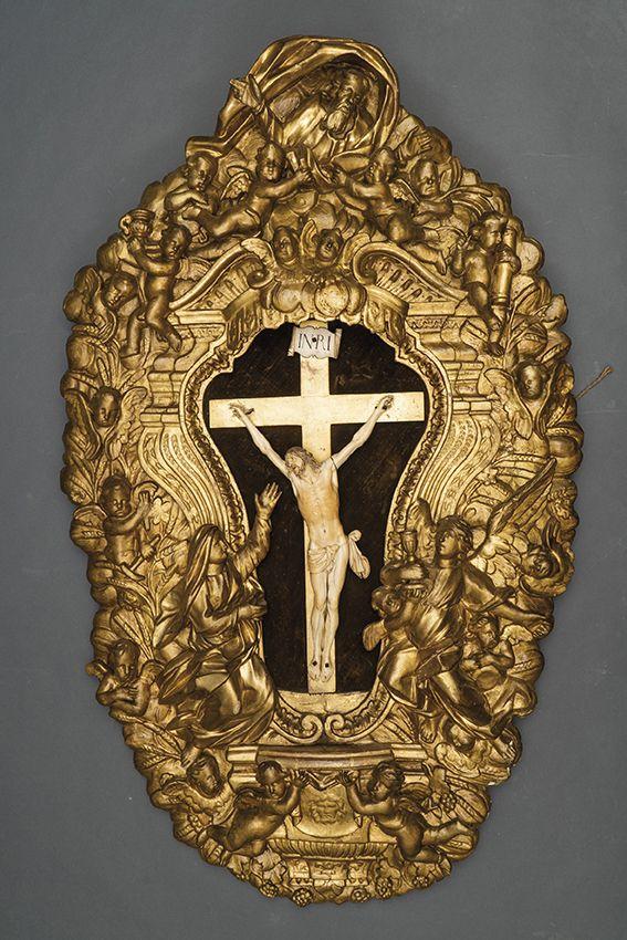 773-escultura-en-marfil-tallado-con-importante-marco-doselete-asociado-de-la-misma-poca-en-madera-tallada-y-dorada.00