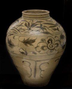 361-tibor-chino-dinasta-yuan-c.1300.-realizado-en-gres-con-decoracin-vidriada-y-esmaltada-de-ramilletes-vegetales-flores-peces-soles-y-palmeras-en-verde-oscuro-sobre-fondo-claro.00