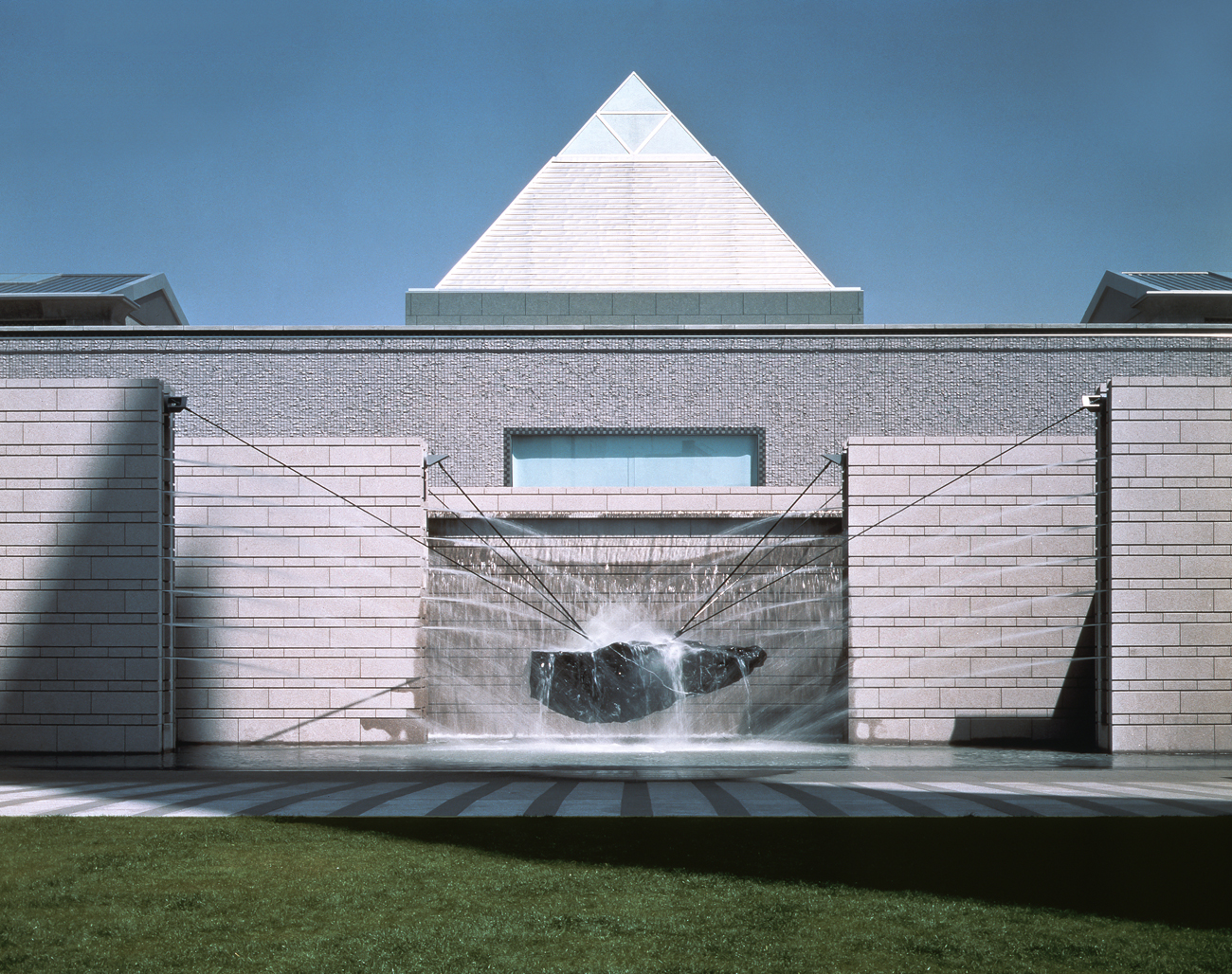 06-the-exterior-of-gallery-art-tower-mito-1990-yasuhiro-ishimoto