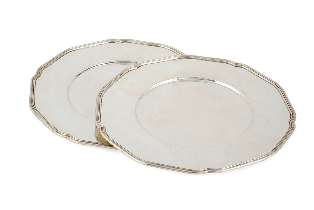 681-lote-compuesto-por-12-bajo-platos-de-plata-espaola-punzonada.-contrastes-visibles-del-orfebre-jos-amor.00