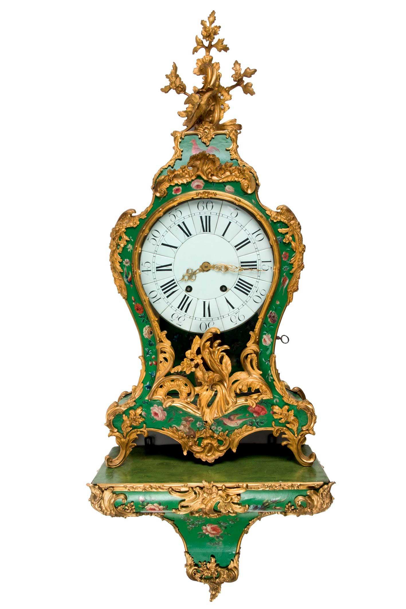 559-reloj-cartel-estilo-louis-xv-con-base.-caja-de-madera-policromada-en-verde-con-decoracin-floral-y-aves.-aplicaciones-de-bronce-tanto-en-la-parte-frontal-como-en-el-remate.01