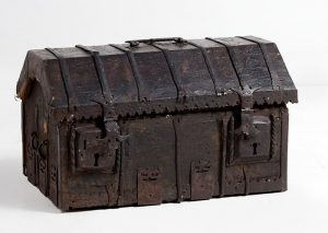 733-antigua-arqueta-gtica-s.xv-xvi-encorada-con-alma-de-madera.-decoracin-de-entrelazos-vegetales.-asas-cerraduras-cantoneras-y-costillas-en-hierro-forjado.00