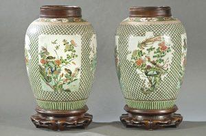 998-pareja-de-jarrones-de-porcelana-china-con-esmaltes-de-la-familia-verde-dinasta-qing-s.-xix.-con-marca-apcrifa-en-la-base-del-emperador-kangxi-1662-1722.-00