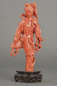 869-mujer-con-abanico-tallada-en-coral-rojo-china-primer-tercio-s.-xx.-con-rama-de-rosas-en-una-mano-y-el-abanico-en-la-otra.01