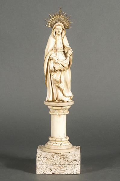 698-escuela-indo-portuguesa-s.-xvii-virgen-del-pilar-escultura-tallada-en-marfil-con-restos-de-policroma-y-dorado.-con-corona-de-plata-sobredorada.-00