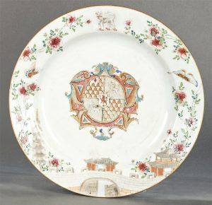 882-fuente-circular-blasonado-de-porcelana-de-compaa-de-indias-con-esmaltes-de-la-familia-rosa-dinasta-qing-poca-de-qianglong-1736-95-con-los-escudos-de-armas-de-gresley.-00