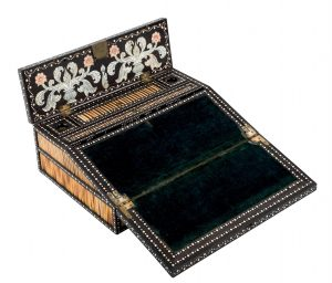 821-caja-escritorio-anglo-india-de-campaa.-s.-xix.-realizada-en-madera-de-bano-con-motivos-decorativos-esgrafiados-en-marfil.00