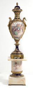 228-jarrn-francs-en-porcelana-y-bronce-dorado-principios-s.xx-al-estilo-de-sevres-con-marcas-bajo-la-tapa.-00