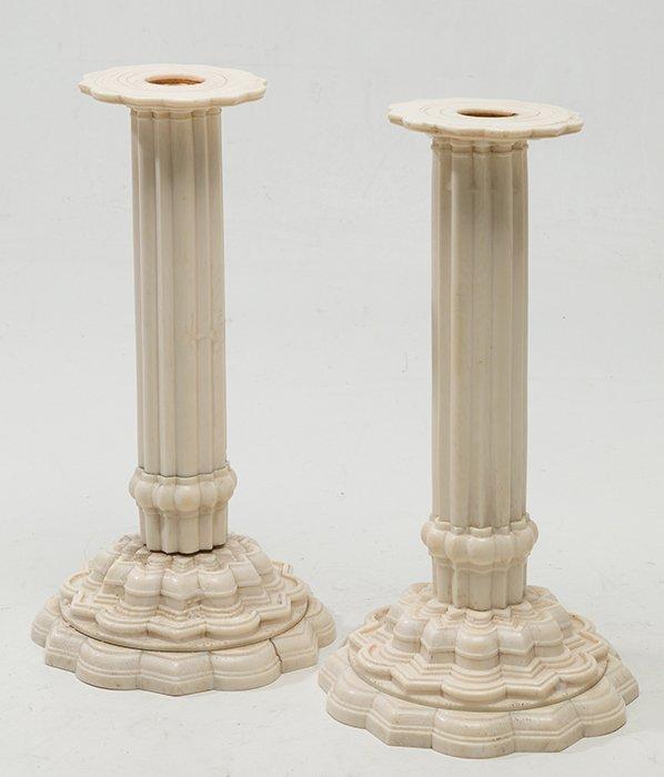 382-pareja-de-candeleros-anglo-indios-ppios-s.xix-en-marfil-con-decoracin-torneada.-platillos-sueltos-procedentes-de-la-venta-realizada-en-sothebys-de-2007-de-la-coleccion-horlick-collection.00