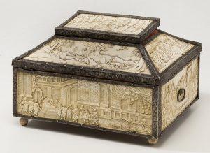 356-antigua-arqueta-con-placas-de-hueso-tallado-s.-xvii.-alma-de-madera-y-encuadres-en-plata-con-cenefas-de-roleos.-00