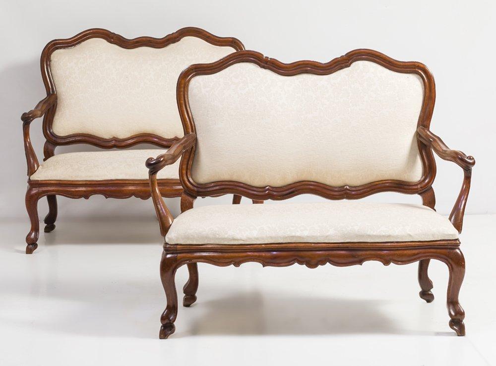 354-pareja-de-bancos-carlos-iii-s.xviii-en-madera-de-nogal.-perfil-ondulado-y-bordes-moldurados.-tapicera-beige-adamascada.00