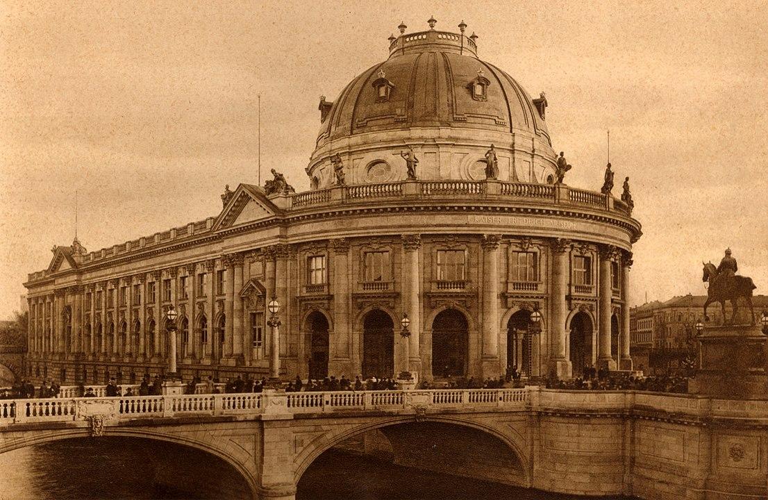 1106px-berlin_monbijoubruecke_und_bodemuseum_1904