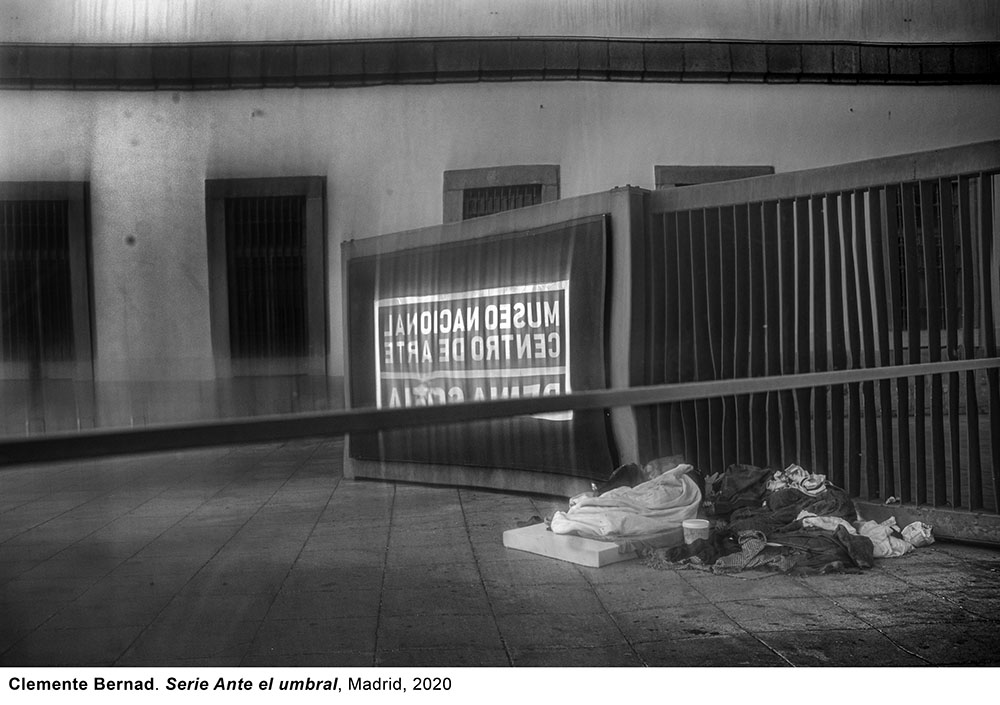 Fotografías de Clemente Bernad «ante el umbral» y MOOCs para celebrar el Día Mundial del Arte