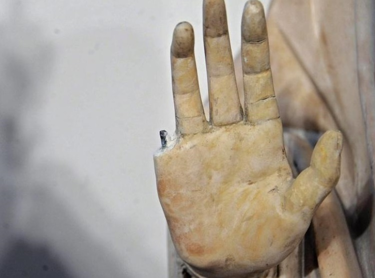 dedo-roto-escultura-lisboa