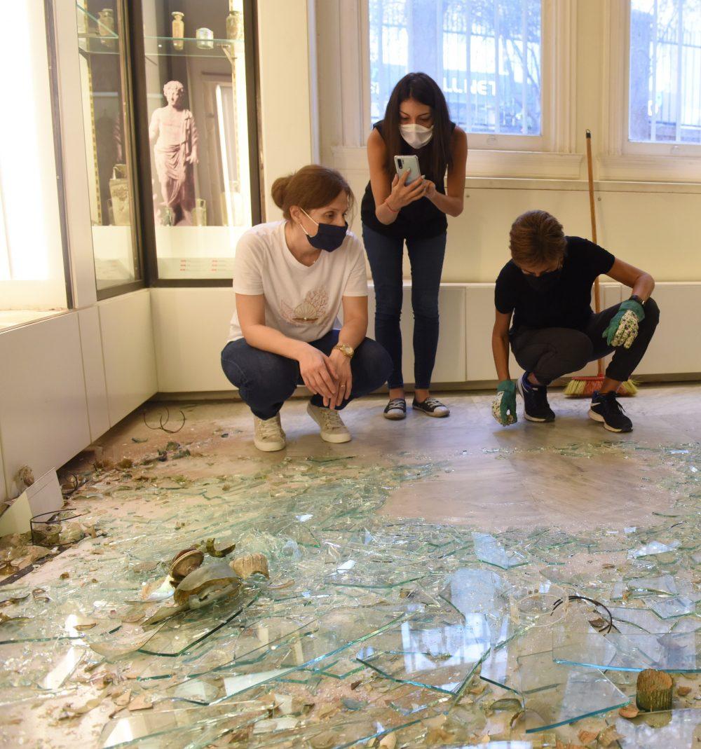1.beirut-glass-project–valorando-los-danos-tras-la-retirada-de-la-vitrina