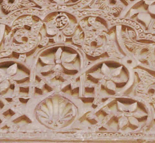 detalle-de-uno-de-los-panos-de-yeseria-de-la-fachada-de-comares-de-la-alhambra-de-granada-foto-pms